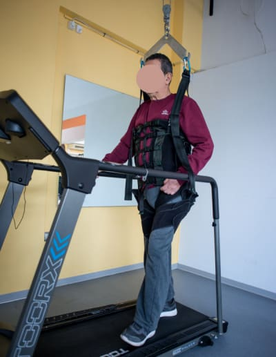 ασθενής σε βάδιση με ελεγχόμενη φόρτιση σωματικού βάρους